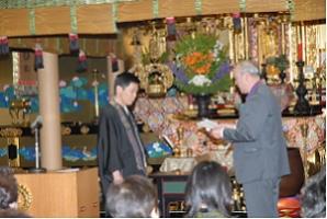 萩原建興会長の記念品贈呈